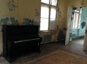 An old piano with no strings